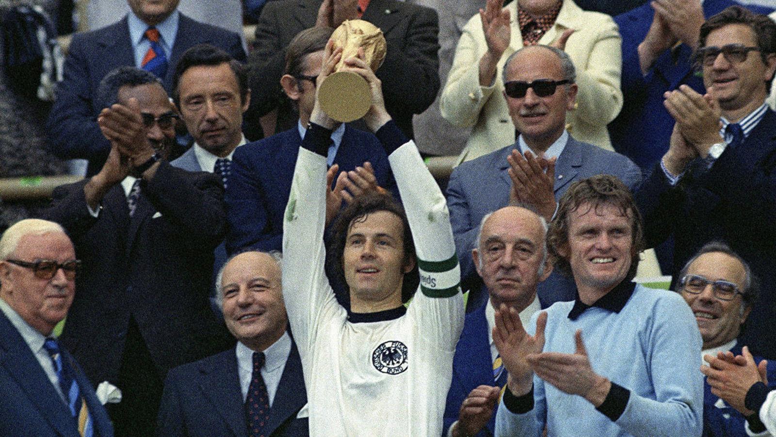 Beckenbauer con la Copa del Mundo
