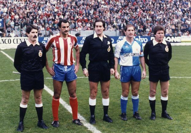 ¿Por qué los árbitros de fútbol vestían de color negro?