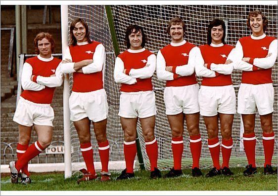 ¿Por qué el Arsenal viste de rojo con las mangas blancas?