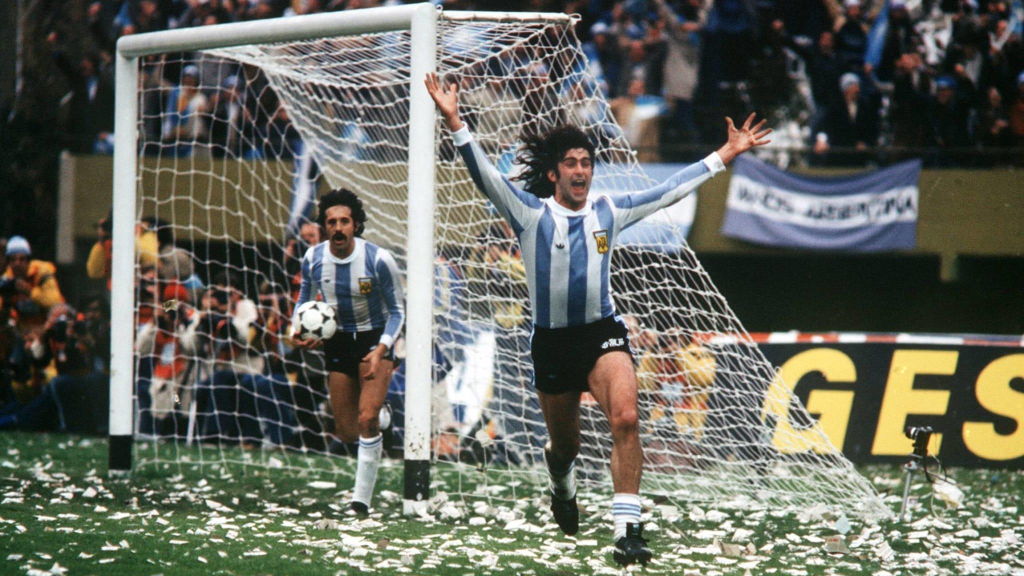 Kempes y Luque festejan uno de los goles en la final de 1978 (Fifa.com)
