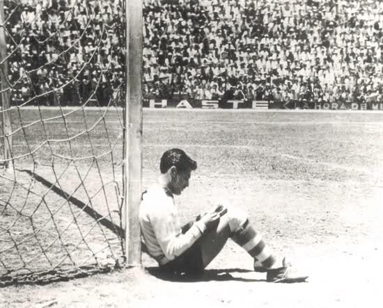 El Tubo Gómez, el portero que se sentó a leer en mitad de un Clásico